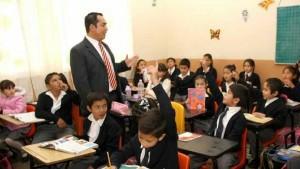maestro-y-alumnos-en-salo-de-clases-619x348