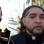 El padre Gofo charla con Joe Barcala sobre herejías y lujuria