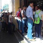 En shock sucursales de Banco Azteca: muchos estudiantes quieren cobrar sus becas.